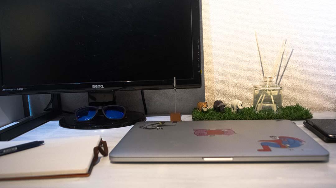 机の上にあるフレグランス